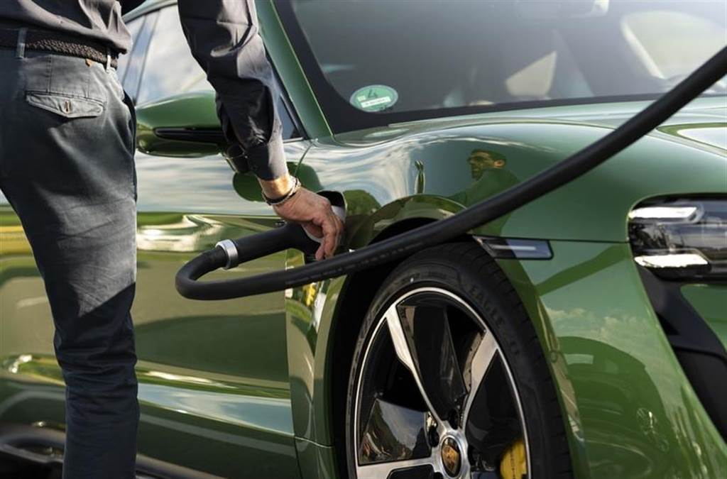 台電規劃電動車專用時間電價:離峰時段充電更省荷包、最快明年上路