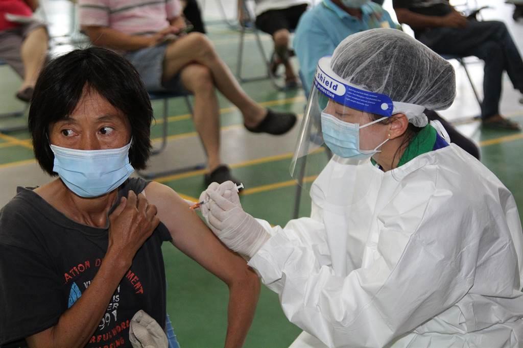 颱風天可打疫苗嗎?陳時中說明「停打標準」。圖為施打疫苗。(嘉義縣政府提供)