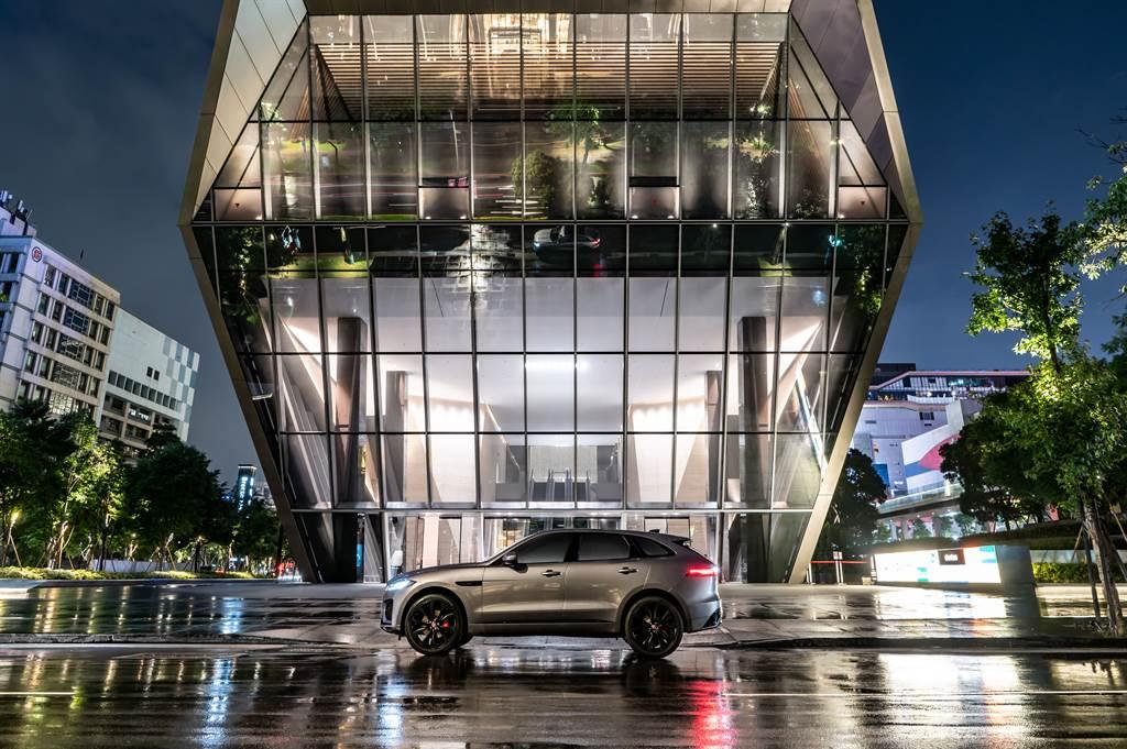 F-PACE外觀設計強調流線動感的曲線,營造出專屬於跑車型SUV讓人過目難忘的絕美身形。