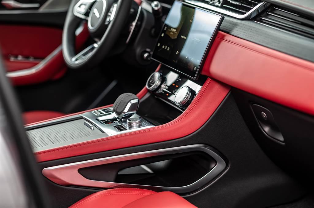 F-PACE座艙空間重新鋪陳,全新設計的中控台介面以11.4吋曲面玻璃觸控螢幕為視覺主軸。