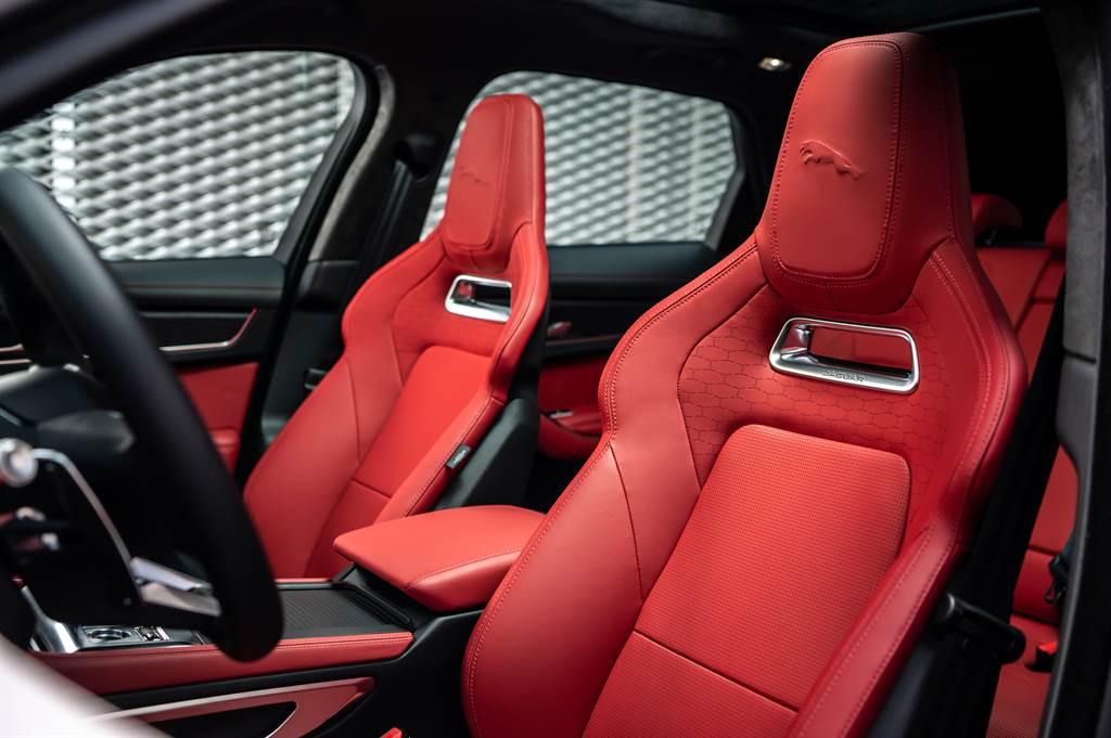 全車座椅採用高級粒面皮革,雙前座頭枕處印有3D躍豹壓花。