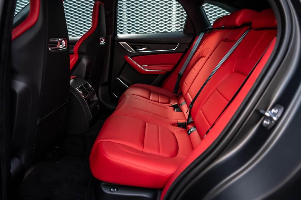 F-PACE在極致操控與空間機能之間取得最佳平衡,後座擁有944mm腿部與952mm的頭部舒適空間。