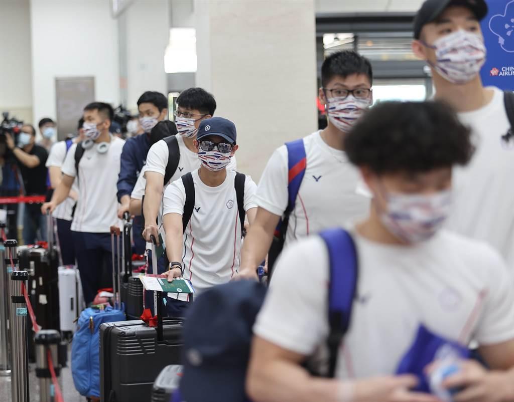 東京奧運中華代表團昨搭乘華航包機出征,由於選手全被安排坐經濟艙,引發爭議。(圖/截自潘文忠臉書)