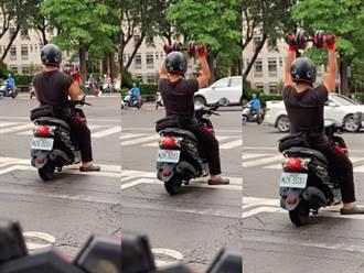 整個城市都是我的健身館 騎士等紅燈狂舉啞鈴路人全看傻