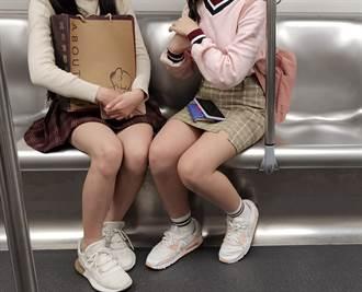 短裙女求抖內 地鐵上掀衣張腿直播:哥哥喜歡就好