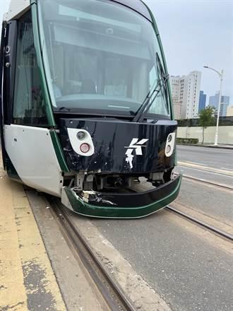 高雄輕軌又被撞了 列車頭飾板脫落秒變開口笑