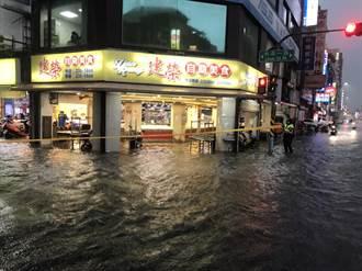 高雄遭雷雨炸裂多處淹水 網友嚇:「雷神索爾在上空」太恐怖!