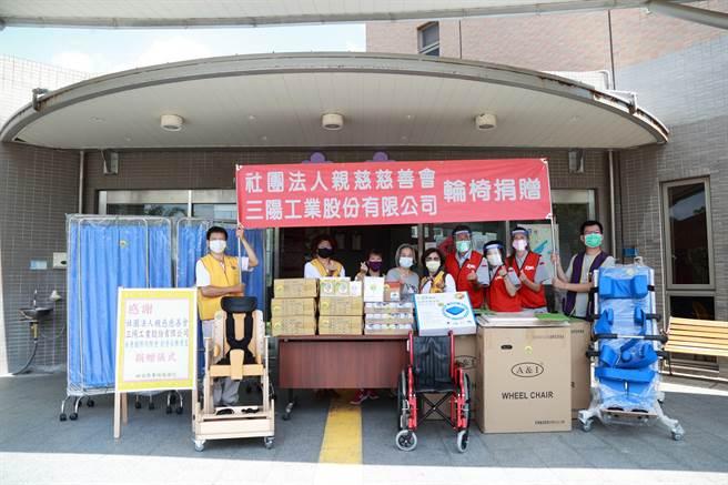 三陽工業偕同社團法人親慈慈善會、永青國際同濟會共同捐贈38台輪椅予衛生福利部苗栗醫院。(三陽提供)