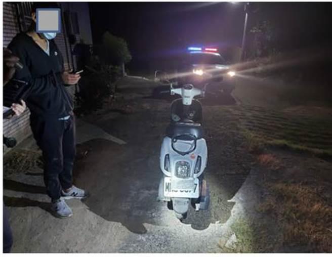 苗栗警方昨(18)日凌晨在台1線通霄外環道,及台72線快速公路後龍至苗栗段,攔查60輛汽機車,開出31張違規罰單。(現場照/苗栗縣警局提供)