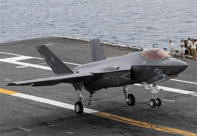 1架F-35C戰機2021年6月21日降落在航行太平洋的美國海軍「林肯」號(USS Abraham Lincoln,CVN-72)航母上。(美國海軍)