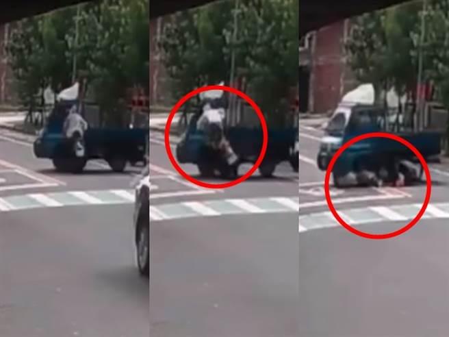1輛貨車在違規迴轉時遭後方機車撞上,機車騎士當場倒地昏迷,而詭異的是,貨車司機第一時間並未下車察看,而是將車前後移動2次。(翻攝自臉書「爆料公社公開版」)