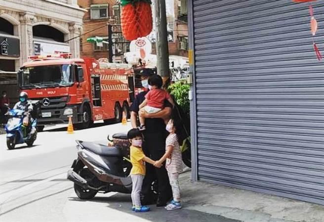 暖男員警幫傷婦照顧孩子的溫馨畫面,引來不少網友直呼可以嫁了。(圖/FB_彭沛妤)