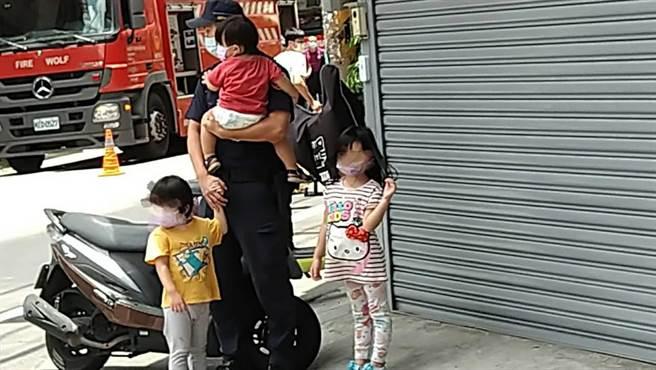 暖警幫顧火災戶3童,里長大讚是超級暖男,還笑言:「可以嫁了!」(翻攝照片/蔡依珍桃園傳真)