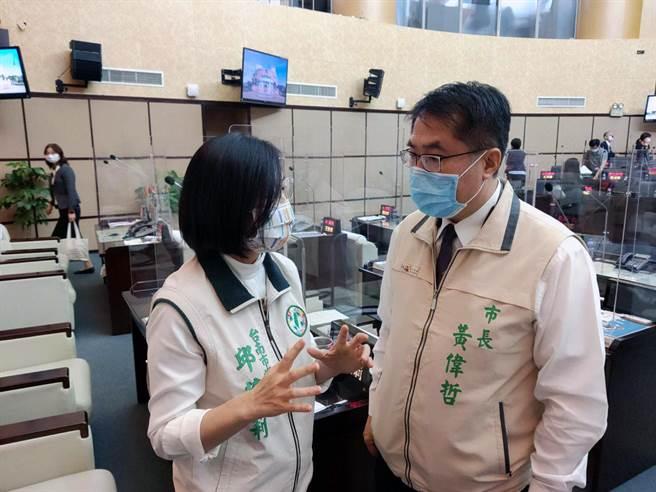 台南市議員邱莉莉(左)建議市長黃偉哲(右),利用小黃公車提供舊城區「停車便利送」接駁服務。(洪榮志攝)
