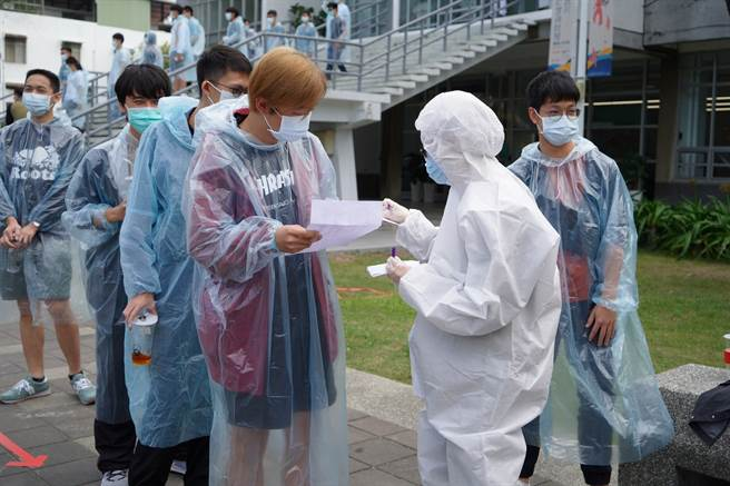成大李孟學老師的課程,讓學生穿上防護衣模擬檢疫流程。(圖/成功大學提供)