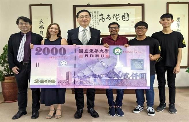 2020年7月東華大學外籍生代表,領取暑期補助金後與校長合照。(圖/東華大學提供)