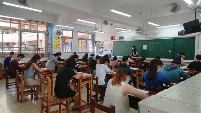 桃園市教育局以防疫考量、避免大規模移動,宣布全面停辦高中以下教甄。(蔡依珍攝)