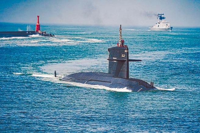 海軍2艘劍龍級潛艦現正進行「戰鬥系統提升案」,海軍司令部日前在臉書專頁發布海龍號潛艦在1艘拉法葉軍艦的護衛下,緩緩升起潛望鏡協助測繪組導航進港,相當罕見。(文/呂昭隆 圖/海軍臉書)