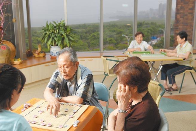 凡領取過勞保老年給付及超過65歲領取其他社會保險養老給付的勞工,得由雇主為其辦理職業災害保險。(本報資料照片)