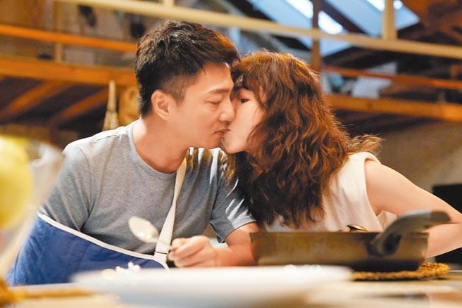 藍葦華(左)、謝盈萱在《俗女養成記2》有親吻戲。(華視、 CATCHPLAY提供)