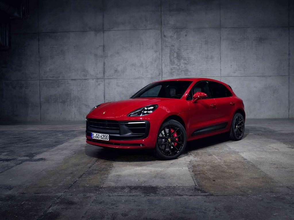 Macan GTS重新設計的車頭增添與車身同色的飾板凸顯出Macan的寬闊車體視覺,行駛在道路上更增氣勢。