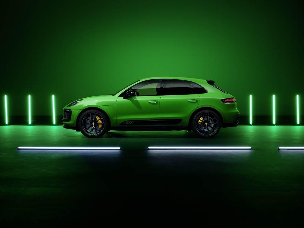 限定選用於頂級車型的GTS 運動套件亦涵蓋特定的專屬內裝設備,包括了碳纖 (Carbon) 內裝飾板套件,以及帶有對比色縫線及蟒蛇綠(Python Green)色GTS字樣等各項內裝設備。