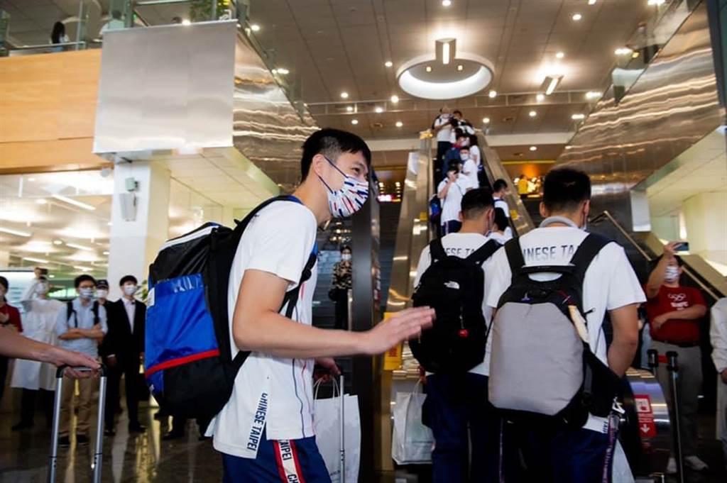 台灣選手出征東奧搭經濟艙,引發熱議。(圖/摘自蘇貞昌臉書)