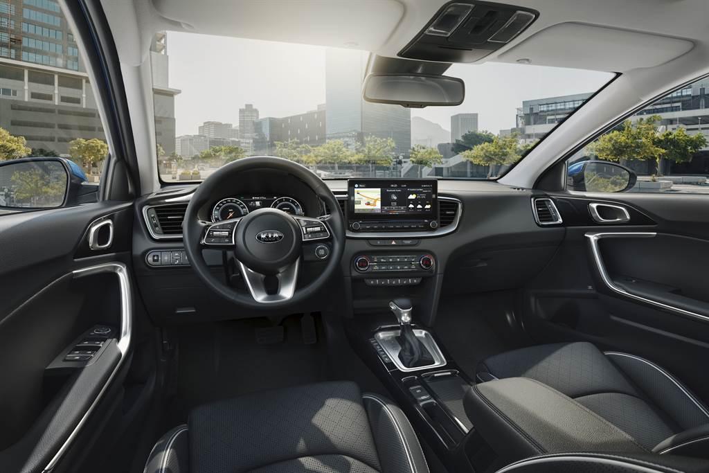 KIA 首款導入歐洲原裝進口旅行車Ceed Sportswagon不僅外型亮眼,動力表現出色,更搭載完整的主被動安全防護。