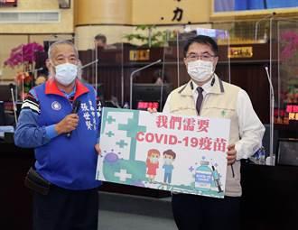 台南藍營議員持手板要求專案購買足夠疫苗 黃偉哲點頭簽名未回應