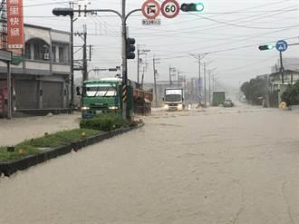 仁武區水管路淹水30公分 警方拉封鎖線交管