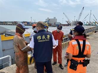 移民署金門2港區出勤 加強非國籍船員防疫宣導