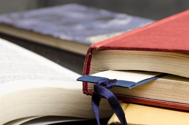 1名女大生日前網購1本100元的二手書,拆開包裹後發現裡頭除了書籍外,竟還有1張100元紙鈔,原本還差點以為是造型書籤。(示意圖/Shutterstock提供)