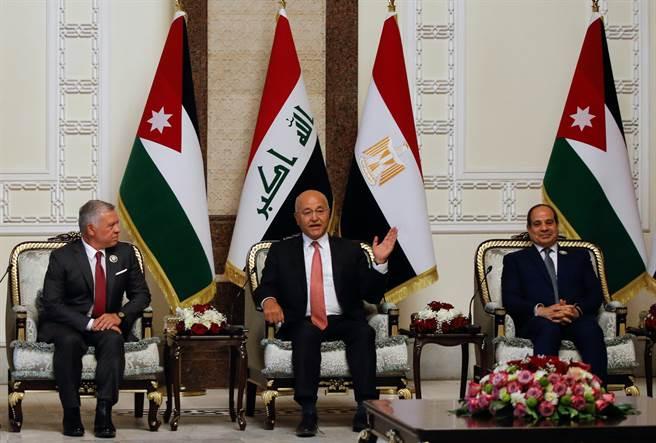 伊拉克總統沙勒(Barham Salih)稱這次發生在什葉派占多數、人口稠密薩德市郊區的炸彈攻擊事件為「令人髮指的罪行」,並表哀悼之意。(左二)(圖/路透社)