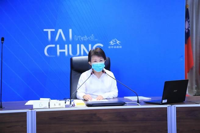 台中市長盧秀燕表示,小黃公車全部免費搭乘,隨招隨停,完全依市民需求客製化,成效良好,不排除擴大辦理。(盧金足攝)
