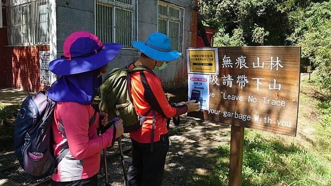 提醒遊客至步道休閒遊憩,請配合落實配戴口罩及實名制登錄 (圖/林務局嘉義林區管理處 提供)