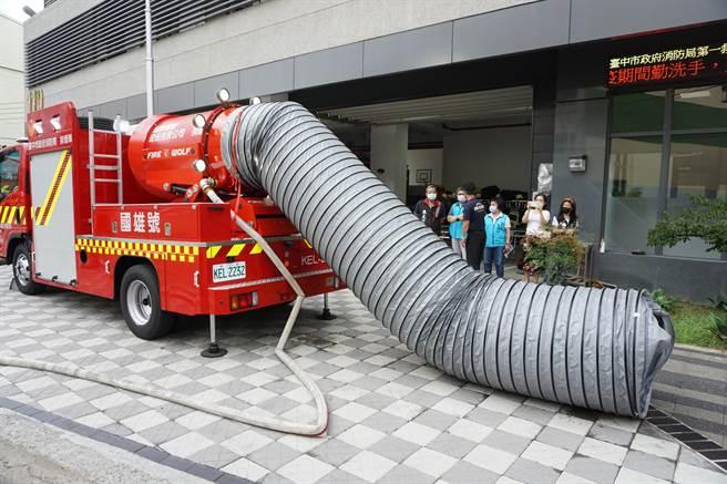 「國雄號」排煙車配備水霧及風導管噴射系統可進行大面積降溫或小面積滅火。(王文吉攝)