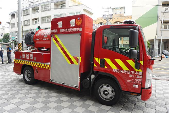 國雄建設總裁許坤仲捐贈台中市第一輛消防排煙車,連同救災器材造價1200多萬元。(王文吉攝)