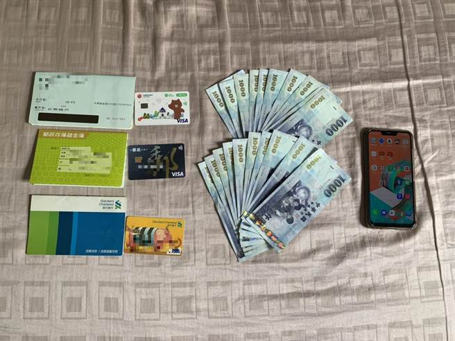 警方查獲手機、銀行帳戶、提款卡、現金2萬元等贓證物。(翻攝照片/林郁平台北傳真)