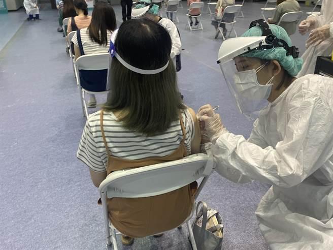 考量第3輪預約者涵蓋上班族,新竹市政府特別協調國泰綜合醫院、國軍新竹地區醫院自23日起,新增平日晚間6時至9時時段,讓上班族可選擇在下班時間接種疫苗。(陳育賢攝)