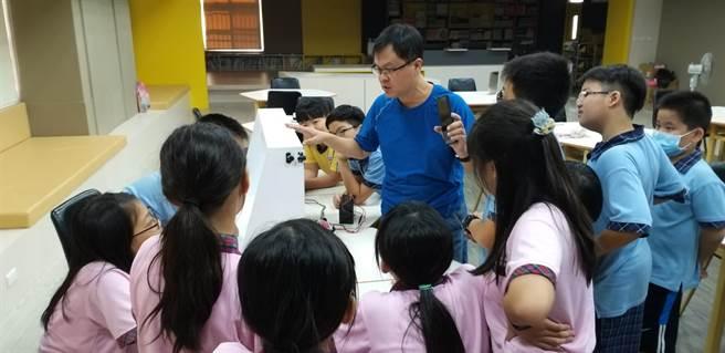 和睦國小主任陳勝哲長期深耕「科學教育」,讓偏鄉學童們對未來的生活更深具信心。(嘉義縣政府提供∕呂妍庭嘉義傳真)