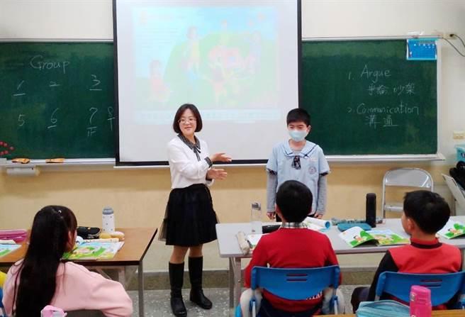 大同國小組長陳欣民透過英語沉浸式教學和不斷修正數學教材教法,讓孩子從畏懼到認真學習。(嘉義縣政府提供∕呂妍庭嘉義傳真)