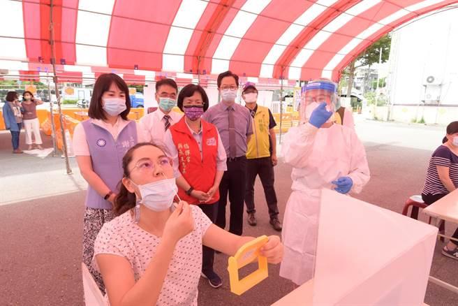 彰化縣設置全國第一站COVID-19家用快篩DIY衛教諮詢站,由專業醫護進駐,協助民眾正確「戳鼻子」採檢,讓試劑檢測結果更準確。(謝瓊雲攝)