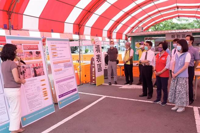 彰化市成功停車場設置的COVID-19家用快篩DIY衛教諮詢站由秀傳醫院醫護進駐服務。(謝瓊雲攝)