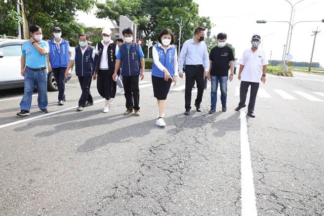 雲林縣長張麗善(右四)視查沿海道路改善工程,逐步實現雲西整體觀光發展政策。(張朝欣攝)