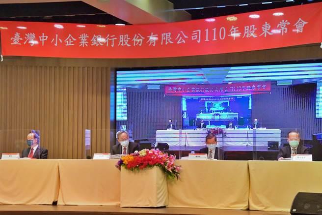 臺企銀20日召開股東常會,由董事長林謙浩(右2)主持,左2為總經理張志堅。(臺企銀提供)