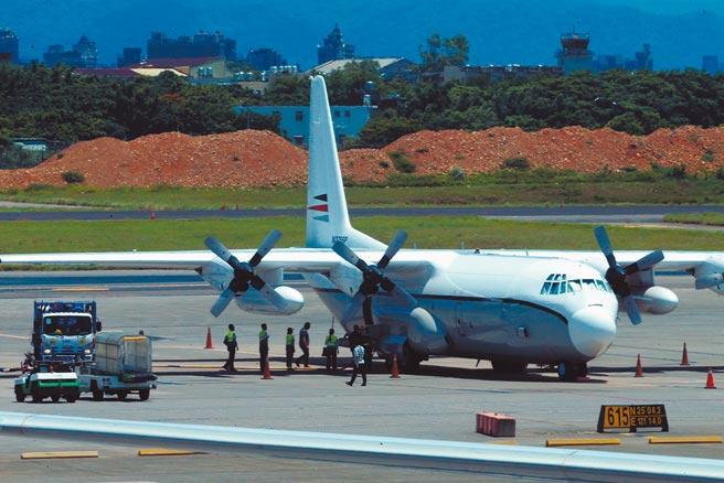 隸屬美國政府合約商的一架C-130H-30運輸機,19日中午12時14分降落桃園機場,主要載運新任處長孫曉雅公務和私人用品來台。(陳麒全攝)