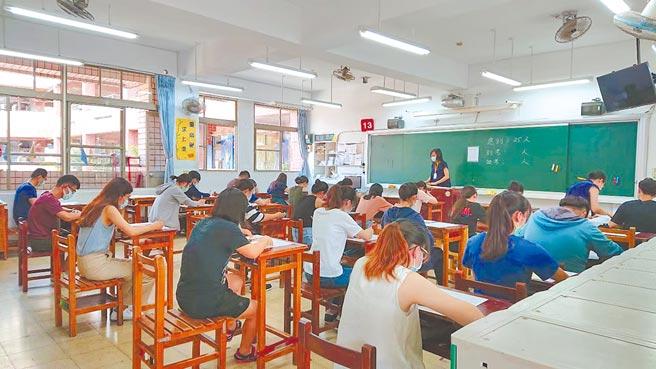 桃園市教育局以防疫考量、避免大規模移動,宣布全面停辦高中以下教甄,540個正式教師缺額授權各校自聘代理老師,學校端滿腹苦水,認為把問題丟給基層。(蔡依珍攝)
