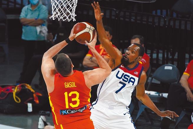 美國隊杜蘭特(右)防守西班牙球員馬克蓋索的進攻。(美聯社)