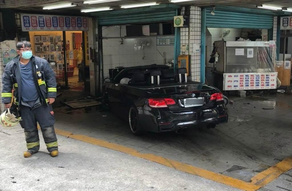 BMW敞篷跑車撞擊後衝進路旁小吃店。(民眾提供)