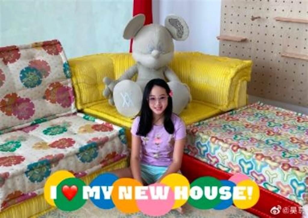 女兒neinei房間裡,有一個超大型的米奇玩偶。(圖/吳尊 微博)
